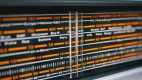 Strojeniowa analogowa skala retro radio z imionami miasta, radio stacje i częstotliwość, zbiory wideo