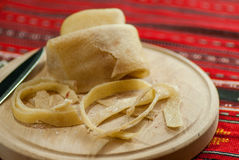 stroken van ruwe varkensvleesschil met zoute, Roemeense keukendelicatesse Stock Afbeeldingen