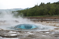 Strokkur准备好geysir的泡影吹,南冰岛 图库摄影