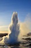 Strokkur喷泉在冰岛 免版税库存照片