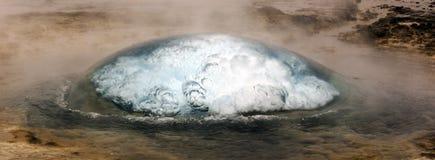 Strokkur喷泉在Geysir冰岛 库存图片