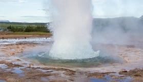 Strokkur爆发在Geysir地区,冰岛 库存照片