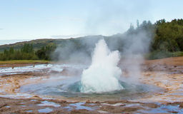 Strokkur爆发在Geysir地区,冰岛 免版税库存图片