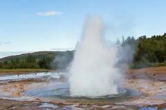 Strokkur爆发在Geysir地区,冰岛 库存图片