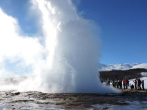 Strokkur éclatant Geysir, Islande Photographie stock libre de droits