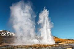 Strokkur喷泉的双重爆发 免版税库存图片