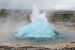 Strokkur geysir在冰岛 免版税图库摄影
