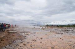 Strokkur Geysir,冰岛的爆发的未认出的游人waitng 库存照片