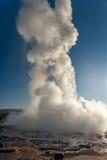 Strokkur geysir 一多数著名geysir在冰岛 免版税库存照片