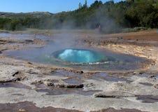 Strokkur Geysir all'inizio dell'eruzione Fotografia Stock Libera da Diritti