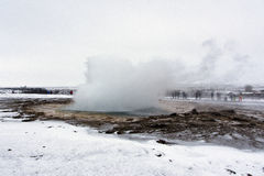 Strokkur Geysir environ à éclater Cercle d'or, Islande image stock