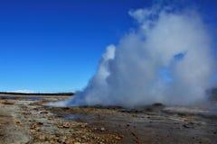 Strokkur Geysir, geothermisch gebied in IJsland Royalty-vrije Stock Foto