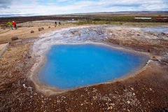 Strokkur Geysir que entra em erupção Foto de Stock Royalty Free