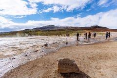 Strokkur Geysir que entra em erupção Imagem de Stock Royalty Free