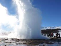 Strokkur que entra en erupción Geysir, Islandia fotografía de archivo libre de regalías