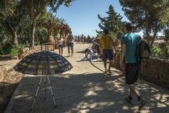 Stroliing par le parc de Gaudi à Barcelone Images stock