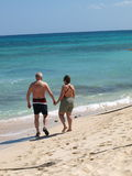 stroll пляжа старший Стоковая Фотография RF