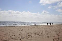 Stroll della spiaggia della famiglia Fotografia Stock