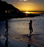 Stroll im Ozean am Sonnenuntergang Stockfotografie