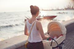 Strolling με νεογέννητο στοκ φωτογραφία με δικαίωμα ελεύθερης χρήσης
