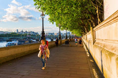 Strolling people on the Thames promenade Royalty Free Stock Images