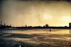 Strom Alster sjön i berömd stad för Hamburg Tysklandand parkerar dramatiskt regn för solnedgången för molnet för natten för himme royaltyfria bilder