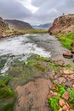 Strom, der zu einen Wasserfall, Island führt Lizenzfreie Stockfotos