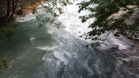 Strom des Gebirgsflusses in den Steinen stock footage