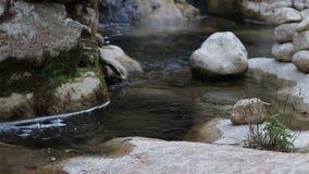 Strom des Wassers in einem Fluss stock video footage