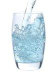 Strom des Wassers fallend in Glas Stockfotografie
