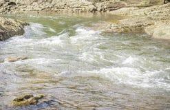 Strom des Wassers fließend in den Fluss bei Suratthani Stockfotos
