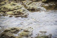 Strom des Wassers fließend in den Fluss bei Suratthani Lizenzfreies Stockbild