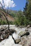 Strom des Wassers fließend in einen Fluss stockfoto