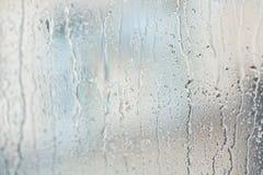 Strom des Wassers im starken Regen Regentropfen auf Fensterscheibe Stockbilder