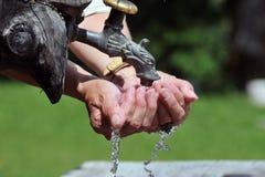 Strom des Wassers laufend über Hände, Nahaufnahme Lizenzfreies Stockbild