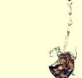 Strom des Weins, der in ein Glas gegossen wird Stockbild