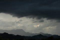 Strom och stort svart moln över berget Royaltyfria Foton