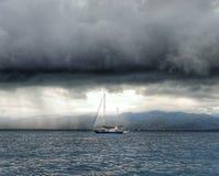 Strom på havet och yachten royaltyfri bild