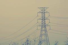Strom pylonagainst Hochspannung Stockfotografie