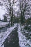 Strom umgeben durch die Bäume und Straßen bedeckt im Schnee während des Sturms Emma Lizenzfreie Stockfotos