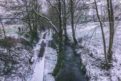Strom umgeben durch die Bäume und Straßen bedeckt im Schnee während des Sturms Emma Stockbilder