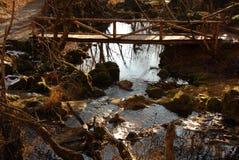 Strom und Holzbrücke Stockfoto