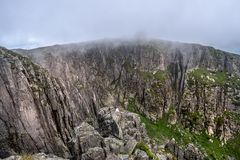 Stroma skalista bezdenność z mgłą nad ono fotografia royalty free