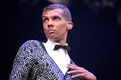 Stromae den belgiska sångaren, som spelar huset, den nya takten och elektronisk musik, utför på det Heineken Primavera ljudet Arkivbild