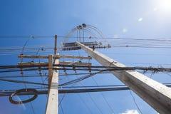 Strombeitrag auf klarem Hintergrund des blauen Himmels Draußen im d Stockfoto