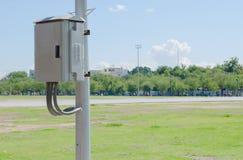 Strombeitrag und -Schaltkasten im Park lizenzfreie stockfotos