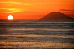 Stromboli au coucher du soleil Image stock