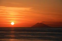 Stromboli bij zonsondergang Royalty-vrije Stock Foto