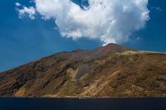 Stromboli jest małym wyspą w Tyrrhenian morzu obrazy royalty free