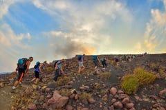 STROMBOLI-VULKAN, ITALIEN - AUGUSTI 2015: Grupp av turister som överst fotvandrar av den Stromboli vulkan i de eoliska öarna, Sic Arkivbilder